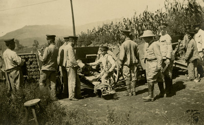 Militares maniobran cañones junto a una milpa, tarjeta postal