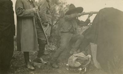 Soldado rural apunta con un rifle, tarjeta postal