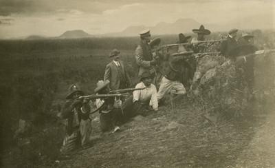 Rurales apuntan con rifles desde la trinchera, tarjeta postal