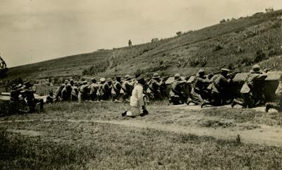 Militares atrincherados durante un combate, tarjeta postal
