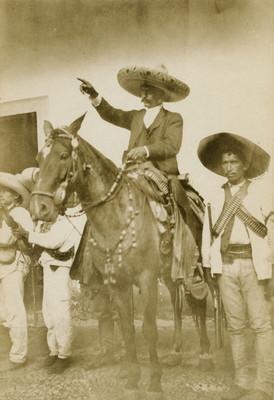 Emiliano Zapata a caballo da indicaciones a revolucionario