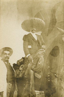 Emiliano Zapata a caballo acompañado de revolucionario
