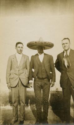 Emiliano Zapata acompañado de dos hombres, retrato