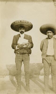 Emiliano Zapata lee documento, acompañado de Manuel Palafox