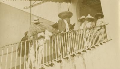 Emiliano Zapata y revolucionarios junto a un barandal