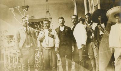 Jefes zapatistas en un patio, retrato de grupo