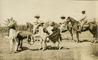 Zapatistas a caballo transportan hombre herido en un combate