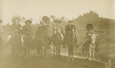 Comisión zapatista y otros hombres a caballo, retrato de grupo