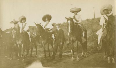 Hombre acompañado de zapatistas a caballo, retrato de grupo