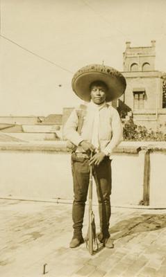 Revolucionario zapatista con rifle, retrato