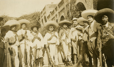 Zapatistas con rifles, retrato de grupo
