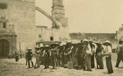 Tropa zapatista afuera de una iglesia, tarjeta postal