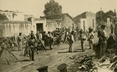 Ejército federal durante descanso a orillas de una vía férrea, tarjeta postal