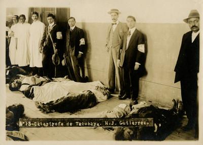 """Miembros de la Cruz Blanca junto a cadáveres por la """"Catástrofe de Tacubaya"""""""