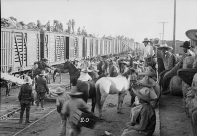 Embarque de tropas revolucionarias en una estación del tren