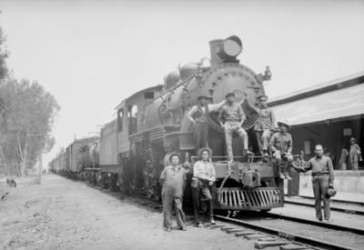 Revolucionarios a bordo de una locomotora, retrato de grupo