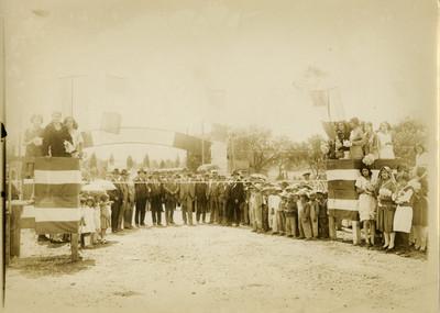 Funcionarios son recibidos por gente en un poblado