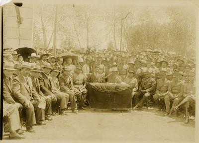 Saturnino Cedillo rodeado de civiles y militares en un evento social