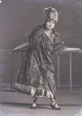 Mujer junto a un barandal, retrato