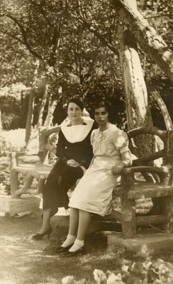 Esposa e hja de Juan Andreu Almazán sentadas en un jardín, retrato