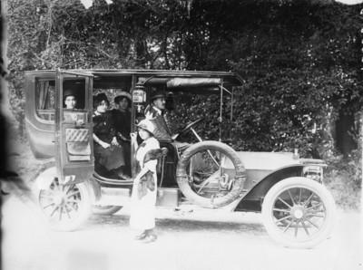 Grupo de personas aborda un automóvil