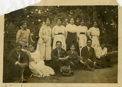 Familia Escobar y amistades, retrato de grupo