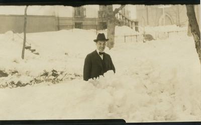 Aurelio Escobar entre la nieve, tarjeta postal