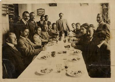Militares y civiles en un banquete