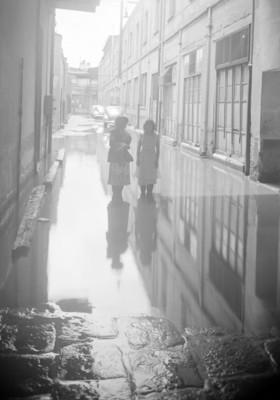 Mujeres en una calle inundada