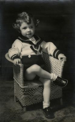 Niño sentado en un sillón, retrato
