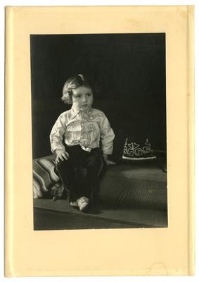Niña con traje de charro, retrato