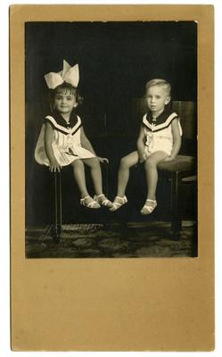 Niño y niña con trajes de marineros, retrato