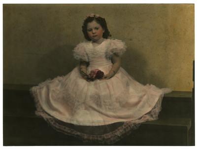 Niña con vestido largo, retrato