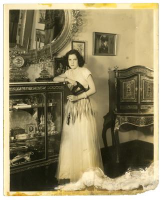 Mujer con abanico junto a una vitrina, retrato