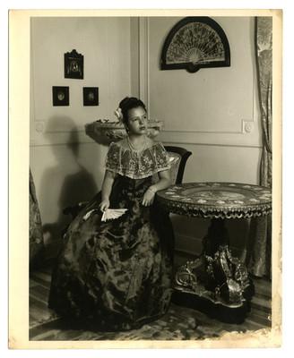 Mujer adolescente con vestido largo, retrato