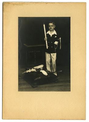 Niño con traje de primera comunión, retrato