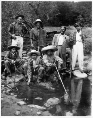 Hombres a orillas de un arroyo, retrato de grupo