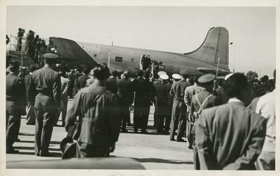 Harry S. Truman y comitiva descienden de un avión