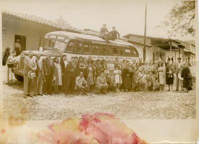 Familia Escobar junto a un autobús estacionado, retrato de grupo