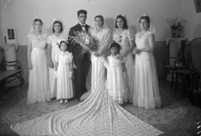 Novios acompañados de damas de honor y pajes, retrato de grupo