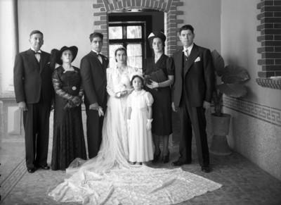 Novios acompañados de familiares, retrato de grupo