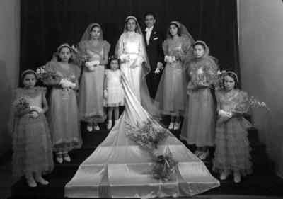 Pareja de novios con damas de honor y pajes, retrato de grupo