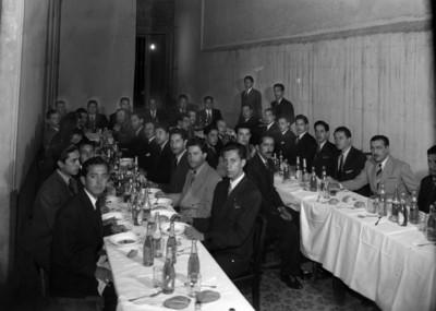 Hombres en un banquete