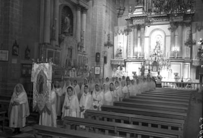 Procesión de mujeres en una iglesia