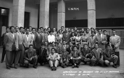 Generación de abogados [de la] U.N.A.M. con el Lic. Francisco M. Vázquez