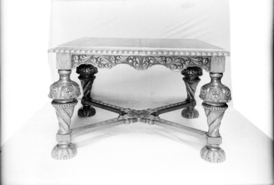 Mesa en madera tallada