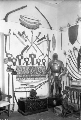 Armaduras, espadas y escudos en exhibixción