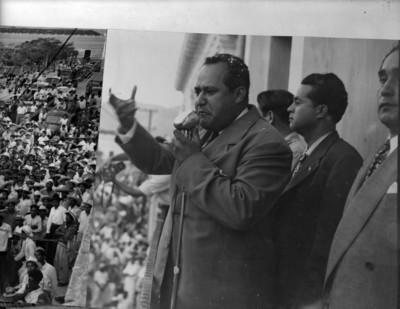 Político pronuncia un discurso durante un mitin