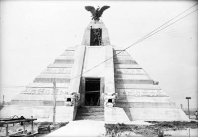Monumento a la raza en restauración