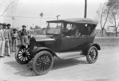 Hombres a bordo de un automóvil modelo 1915